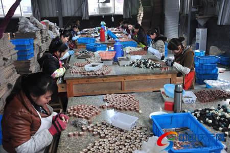 中国 庆元/日前,在麦高电子科技有限公司生产车间,工人正在加工汽车换向...
