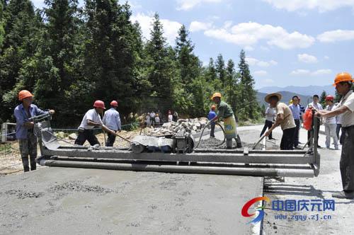 中国 庆元/连日来,巾子峰景区公路建设工地车来人往,一派繁忙景象。